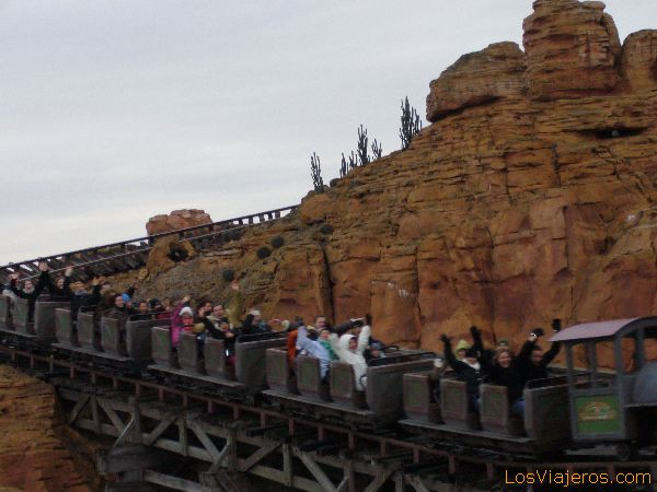 El tren de la mina corre desbocado - Disneyland Park - Francia The train of Big Thunder Mountain run chipped - Disneyland París - France