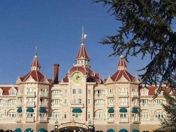 El Hotel Disneyland, puerta de entrada al parque - Disneyland París - Francia The Disneyland Hotel, door of entry to the park - Disneyland París - France