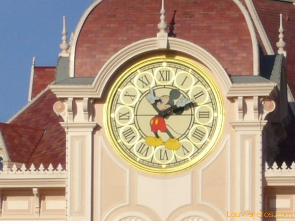 Mickey's clock on the front of the Disneyland Hotel - Disneyland París - France Reloj de Mickey sobre la fachada del Hotel Disneyland - Disneyland París - Francia