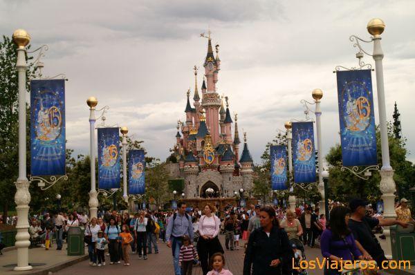 Main Street y Castillo de la Bella durmiente - Disneyland - Francia Castle of the Sleeping Beauty from Main Street- Disneyland - France