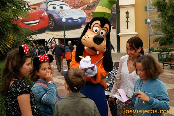 Goofy firmando autografos -Estudios Walt Disney - Francia Goofy signing autographs - Walt Disney Studios - France